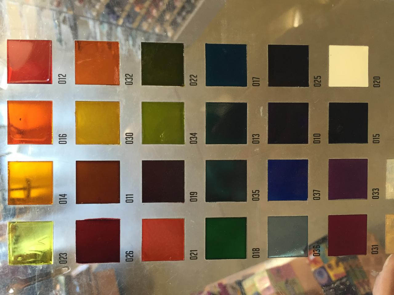Nuancier de peinture spéciale verre translucide