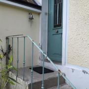 Rampe d'escalier et porte d'entrée avant travaux