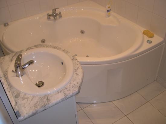 Salle de bain avec baignoire jacuzzi