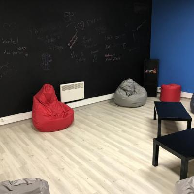 Nous avons créé un mur ardoise pour écrire avec des craies